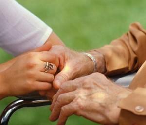 mani-anziano-con-giovane